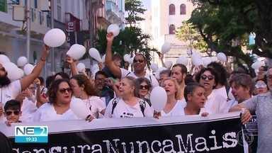 Manifestantes fazem ato contra cancelamento de peça - Temporada do espetáculo 'Abrazo', foi cancelada pela Caixa Cultural.