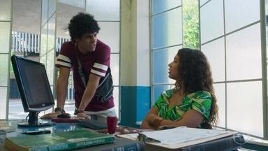 Francisca e Luan estranham a ausência de Alice - A professora ajuda ao rapaz a fazer seu currículo