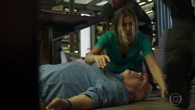 Alberto bate a cabeça e fica desacordado ao ser empurrado pelo bandido - Paloma se desespera ao ver o empresário inconsciente