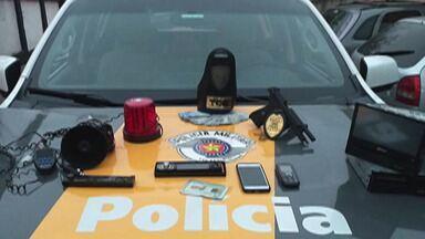 Suspeito de roubo de carga é preso em Itaquaquecetuba - Homem estava com distintivo da Polícia, sirene e pistola falsa.