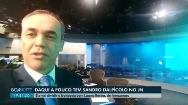 Sandro Dalpícolo apresenta o Jornal Nacional deste sábado - Para comemorar os 50 anos do Jornal Nacional, a bancada é ocupada aos sábados por apresentadores de outros estados. Ele vai dividir a bancada com a apresentadora Luana Borba, do Amazonas.