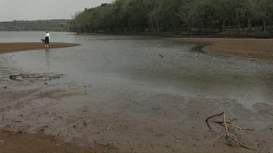 Seca castiga Cascavel e chuva ainda deve demorar para voltar, alerta meteorologista - A água do lago de Cascavel está sendo usada no abastecimento e por isso o nível do principal cartão postal da cidade está muito baixo.