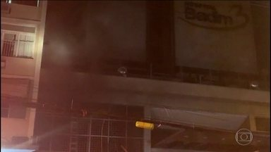Quatro dias depois do incêndio no Hospital Badim, no Rio, 77 pessoas continuam internadas - Polícia concluiu que o fogo começou no gerador do subsolo e agora investiga como a fumaça densa se espalhou pelos andares. Dois funcionários da brigada de incêndio do hospital já prestaram depoimento. Outras pessoas serão ouvidas nesta segunda (16).