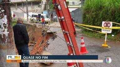 Rua Atílio Marotti, em Petrópolis, está prestes a ser liberada - Desmoronamento interditou parte da rua em novembro.
