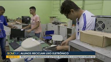 Estudantes usam lixo eletrônico para aprender mais sobre informática - Eles pegam o que as pessoas não usam mais ou iria para o lixo e colocam pra funcionar.