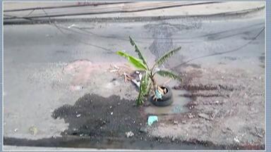 Moradores de Itaquaquecetuba reclamam de buraco - Eles dizem que desde julho eles pedem a manutenção da rua no Recanto Mônica para a Prefeitura.