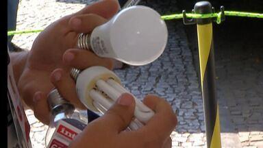 Concessionária de energia de Mogi faz troca de lâmpadas - Até o fim do mês em Mogi, empresa troca lâmpadas comuns por outras de LED.