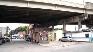 Levantamento do G1 mostra que 1,5 mil famílias moram debaixo de viadutos em SP - Cerca de 1,5 mil famílias moram debaixo de viadutos na Capital. Um levantamento feito pelo G1 mostra que elas estão divididas em 39 pontes, muitas delas com risco de incêndio, como o da semana passada, no Viaduto Alcântara Machado, na Zona Leste.