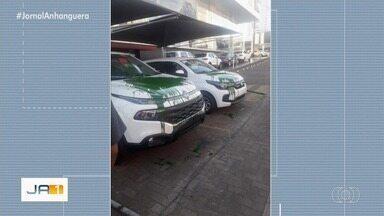 Torcedor do Goiás é suspeito de jogar tinta em carros novos de concessionária em Goiânia - Ele jogou tinta verde, que manchou os veículos.