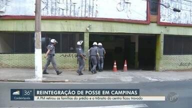 Reintegração de posse afeta motoristas no Centro de Campinas - PM retirou as famílias do prédio e o trânsito do Centro ficou travado.