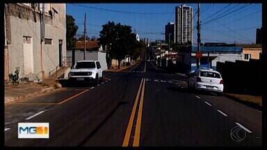 Após reclamações de moradores, Prefeitura refaz sinalização em rua de Araxá - Situação precária na Rua Domingos Di Mambro, no Bairro Vila Silvéria, foi mostrada pelo MG1; acidentes eram registrados em cruzamento. A pintura horizontal foi refeita e reforçou a sinalização ao longo de dez quarteirões.