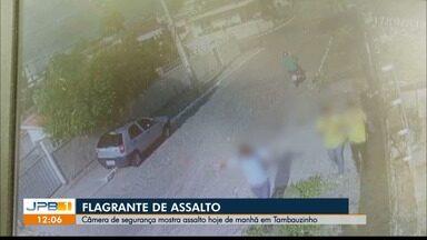 Câmeras de segurança flagram assalto próximo a escola, em João Pessoa - Homem teve o celular levado, e criminoso ainda revistou mulheres que passavam no local.