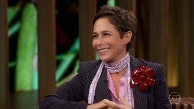 Andréa Beltrão diz que descobriu semelhanças com Hebe durante filmagem - Ela conta que descobriu que usava o mesmo truque de Hebe para lidar com inflamação causada pelo uso de brincos pesados