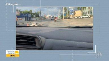 Cavalo é atropelado e trânsito fica congestionado na BA-099, em Lauro de Freitas - Animal está sendo retirado da via.