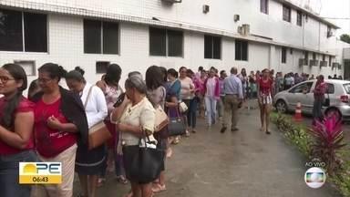Marcação gera fila enorme no Hospital Barão de Lucena pelo 2º dia - Nesta quarta (18), pacientes podem marcar primeira consulta a mastologista ou exame.