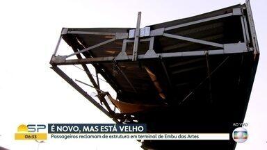 Probelmas em terminal de ônibus em Embu das Artes - Cobertura está com buracos e o local precisa de manutenção.