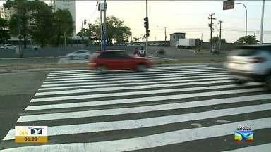 Trânsito na Avenida Carlos Cunha, em São Luís, ganha sinalização - Faixa de pedestre com semáforo são colocados em trecho bastante movimentado no bairro do Jaracati.