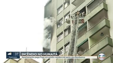 Apartamento pega fogo em prédio residencial no Humaitá, Zona Sul - Um apartamento pegou fogo em prédio residencial no Humaitá, Zona Sul . O imóvel fica perto do Corpo de Bombeiros, que usaram escada magirus para controlar o fogo.