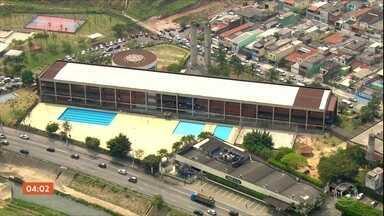 Professor esfaqueado por aluno em São Paulo está internado em estado grave - O caso aconteceu dentro de sala de aula. O adolescente, depois do ataque, deu um golpe nele mesmo e foi hospitalizado. O estado do rapaz é estável.