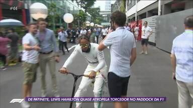 De patinete, Lewis Hamilton quase atropela torcedor no Paddock da F1 - De patinete, Lewis Hamilton quase atropela torcedor no Paddock da F1