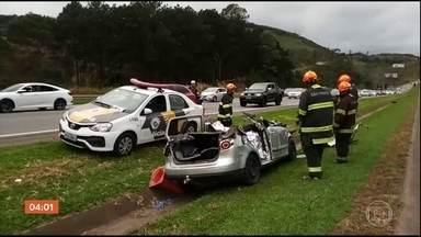 Grave acidente na Rodovia Castello Branco deixa três mortos - Um acidente envolvendo quatro carros provocou a morte de três pessoas na rodovia Castello Branco, que liga a capital paulista ao interior do estado. Um carro perdeu o controle e atravessou o canteiro central, atingindo outros três veículos.