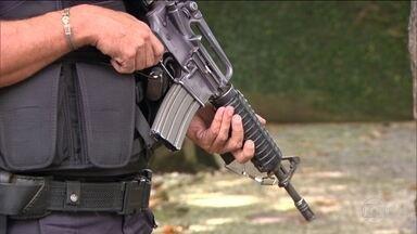 Polícia do RJ estima que até 3.500 fuzis estejam nas mãos de criminosos - Arma é usada em países em guerra ou que enfrentam o terrorismo. No Rio, passou a fazer parte do dia a dia dos moradores em patrulhamentos de rotina e operações policiais.