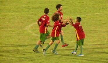 Sósia do David Luiz anota hat-trick em jogo do Campeonato Piauiense sub-11; assista - Sósia do David Luiz anota hat-trick em jogo do Campeonato Piauiense sub-11; assista