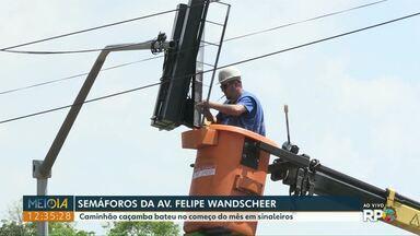 Semáforo da Avenida Felipe Wandscheer é arrumado - Caminhão caçamba bateu no começo do mês em sinaleiros.