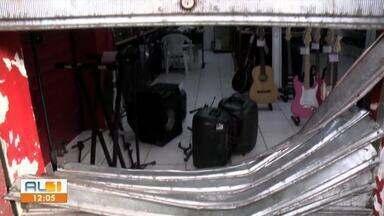 Loja de instrumentos musicais do Centro é arrombada - Equipamentos e dinheiro foram levados pelos suspeitos.