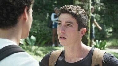 Guga conta a Beto sobre a reação de Max e Regina - Ele diz que nem passa pela cabeça dos pais a possibilidade de terem um filho gay