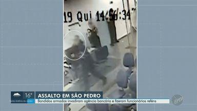 Quadrilha rende funcionários, rouba agência bancária e foge em São Pedro, SP - Caso ocorreu na tarde desta quinta-feira (26). Segundo a Polícia Civil, cinco homens armados invadiram o imóvel e fugiram com dinheiro. Ninguém ficou ferido.