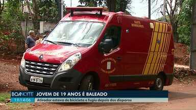 Jovem de 19 anos é atingido por tiro nas costas no Bairro Coqueiral - Atirador estaria de bicicleta e fugiu depois dos disparos. Jovem foi levado ao HU de Cascavel, com ferimentos moderados.