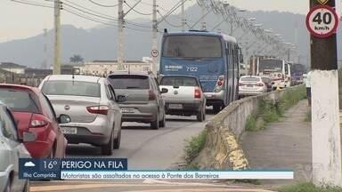 Motoristas são assaltados no acesso à Ponte dos Barreiros em São Vicente - Na noite desta quarta-feira (25), bandidos roubaram motoristas que estavam na fila da operação 'siga e pare'.