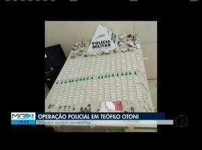 Polícia Militar apreende drogas, armas e munições em Teófilo Otoni - A operação foi realizada nos Bairros Indaiá e Jardim São Paulo. Duas mulheres foram detidas. Na casa do Jardim São Paulo, a droga estava escondida dentro do sofá.