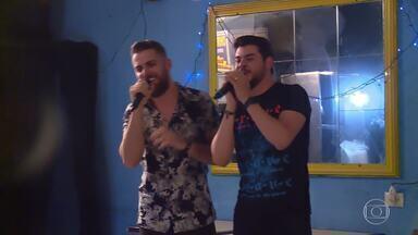 Zé Neto e Cristiano surpreendem fãs e fazem, por R$ 5, show no quadro do 'Caldeirão' - Dupla fez show particular para quem comprasse o churrasco grego de rua em São Paulo