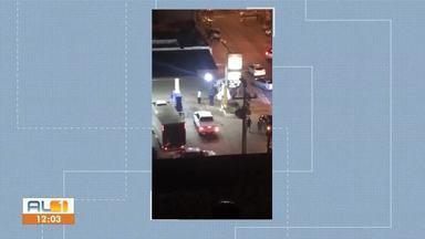 Motorista passa mal e bate em posto de combustíveis - Ela foi levada para um hospital particular.
