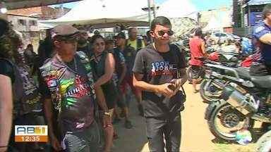 Com Paulo Ricardo entre atrações, 'MotoFest' é realizado em Toritama - Evento segue até o domingo (29) com shows no campo Ipiranga, às margens da BR-104.