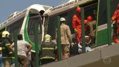Acidente entre dois trens do VLT deixa mais de trinta feridos em Fortaleza - Segundo as primeiras informações um trem teria descarrilado e batido de frente com o outro trem que vinha na direção contrária.