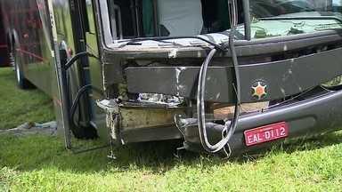 Um romeiro que seguia para Aparecida, no interior de São Paulo, foi atropelado hoje - O romeiro estava no acostamento quando foi atingido por um ônibus de uma banda católica. Outras duas pessoas que estavam juntas não se machucaram.