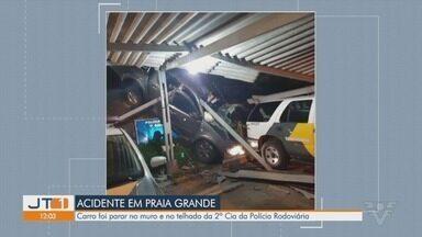 Caminhonete desgovernada bate em mureta e cai sobre batalhão da Polícia Rodoviária - Um casal, que estava dentro do veículo, ficou ferido após o acidente.