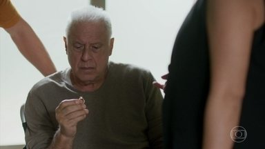 Marcos mostra para Alberto e Nana o anel de Cecília - Diogo fica temeroso quando Marcos diz que a pessoa que entregou o anel vai ajudar a acabar com a farsa dos bandidos