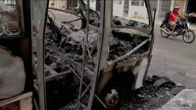 No Ceará, os ataques criminosos chegaram ao nono dia - De madrugada, na cidade de Maracanaú, bandidos atearam fogo num micro-ônibus. Sexta, em Fortaleza, um ônibus escolar também foi incendiado. Já são mais de cem ataques em 27 cidades.