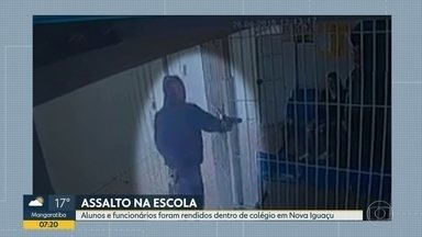 Bandidos rendem alunos e funcionários de escola estadual em Nova Iguaçu - Bandidos armados entraram numa escola estadual em Nova Iguaçu e renderam alunos e funcionários na quinta-feira (26). Imagens das câmeras de segurança mostram o momento em que os criminosos entraram na escola.