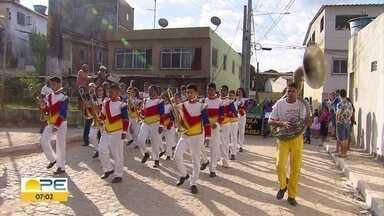 Estudantes participam de desfile cívico em Olinda - Famílias se reuniram no bairro de Cidade Tabajara.