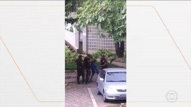 Polícia investiga agressão a estudante dentro do campus da UFMG - Diretório Acadêmico da Faculdade de Letras afirmou que o homem agredido por seguranças da universidade é aluno de um curso de inglês. Estudante disse que foi vítima de racismo.