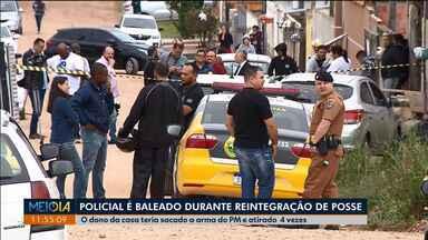 PM é baleado durante uma reintegração - Foi hoje cedo(30), em Piraquara. Os policiais tentavam fazer a reintegração de posse da casa quando o morador sacou a arma do policial e atirou nele. O homem foi morto por outros policiais e o PM internado em estado grave