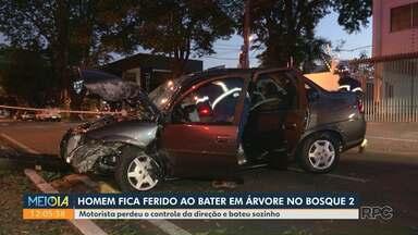 Motorista fica ferido ao bater em árvore em Maringá - Ele perdeu o controle do veículo, bateu no meio-fio e acertou a árvore em cheio; motorista teve ferimentos moderados.