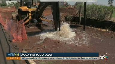 Máquinas da prefeitura rompem adutora de água da Sanepar - Desde o fim da manhã, água está jorrando de tubulação na Avenida Tancredo Neves, próximo ao Hospital Universitário.