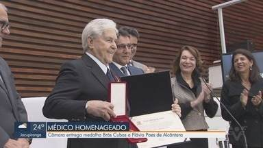 Câmara Municipal de Santos entrega medalha Brás Cubas ao médico Flávio Paes de Alcântara - Iniciativa é um reconhecimento a pessoas que contribuem para o avanço da sociedade e a melhoria das condições de vida da população.