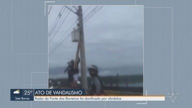 Dupla é flagrada quebrando radar recém-instalado na Ponte dos Barreiros - Imagens mostram a ação dos homens que, com pedaços de pau, tentam inutilizar os radares da Ponte dos Barreiros em São Vicente, aferidos na última sexta-feira (27).